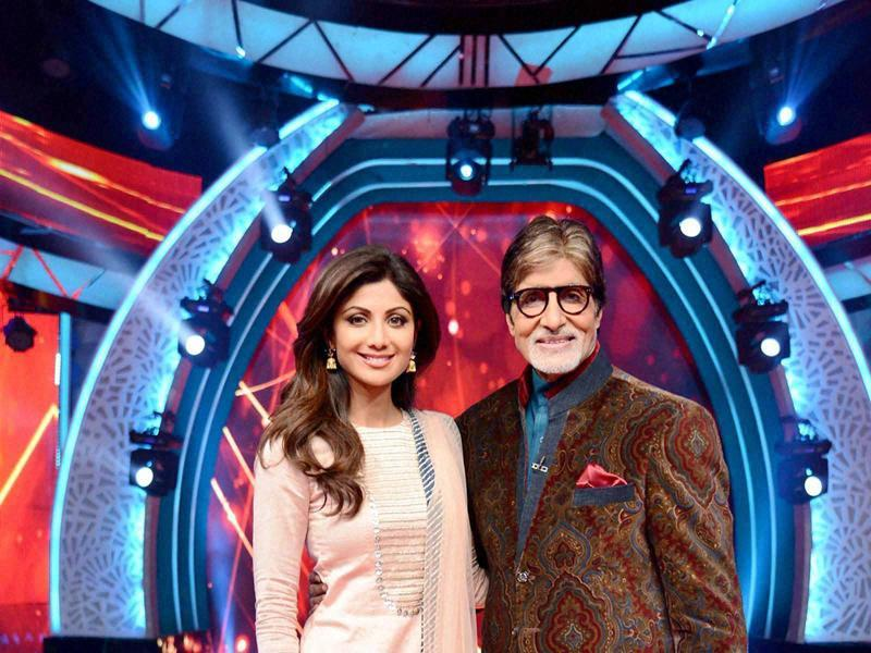 Amitabh Bachchan with Shilpa Shetty on the set of upcoming TV show Aaj Ki Raat Hai Zindagi in Mumbai.  (PTI)