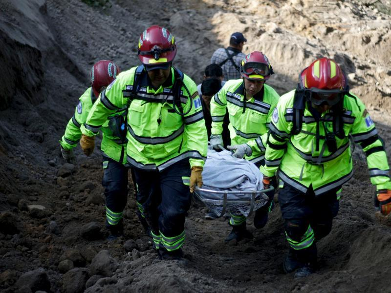 Rescue team members carry the body of a landslide victim in Santa Catarina Pinula, on the outskirts of Guatemala City, October 2, 2015. Hundreds of rescue workers dug through sludge and rock on Friday looking for survivors of a massive mudslide in Guatemala.  (REUTERS Photo)