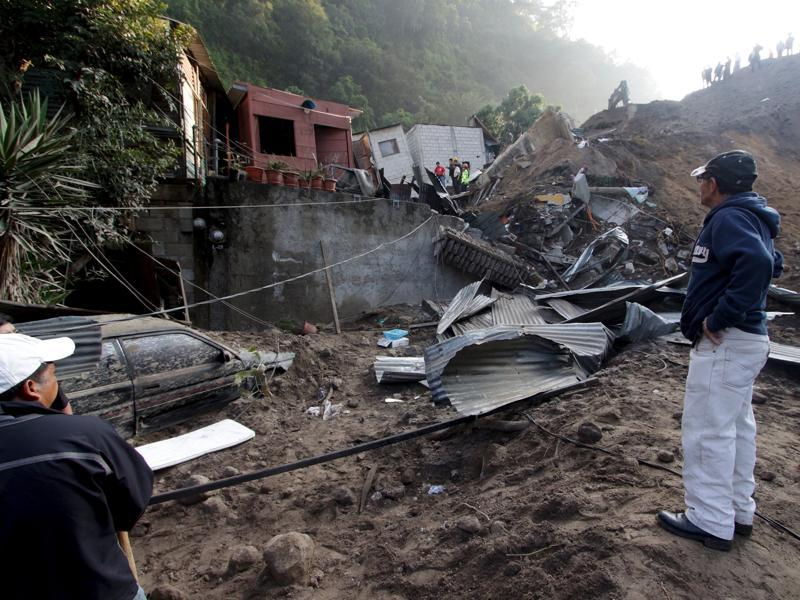 A resident looks at houses damaged by a landslide in Santa Catarina Pinula, on the outskirts of Guatemala City, October 2, 2015.  (REUTERS Photo)