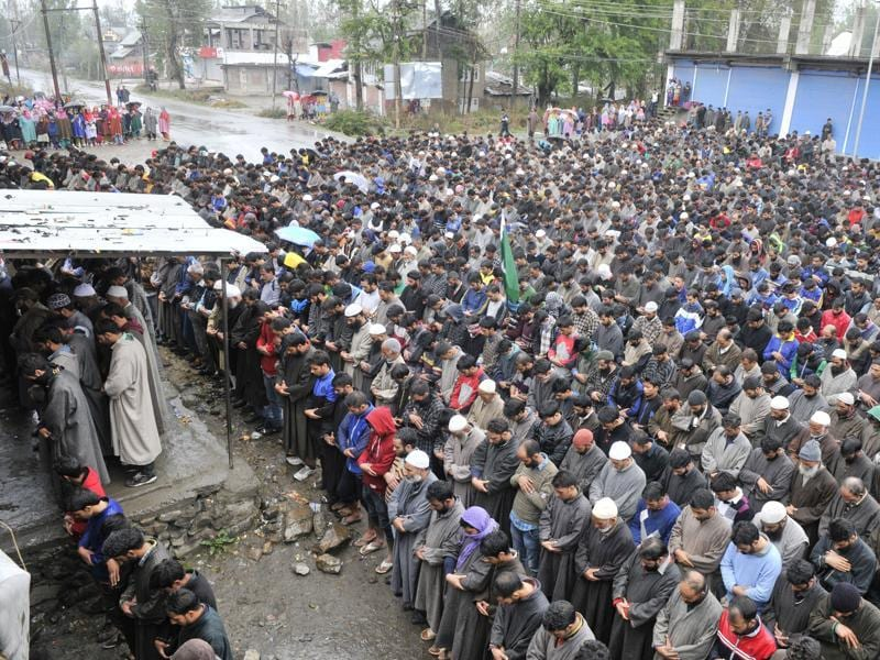 Kashmiri villagers offer  prayers of Zahid Ahmed during a funeral procession at his home at Batango village in south of Srinagar. (Waseem Andrabi/HT)