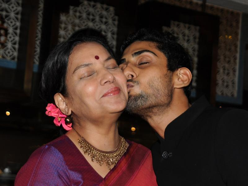 Shabana Azmi (l) gets a peck on the cheek by Smita Patil's son Prateik Babbar at the late actor's  biography launch. (AFP)