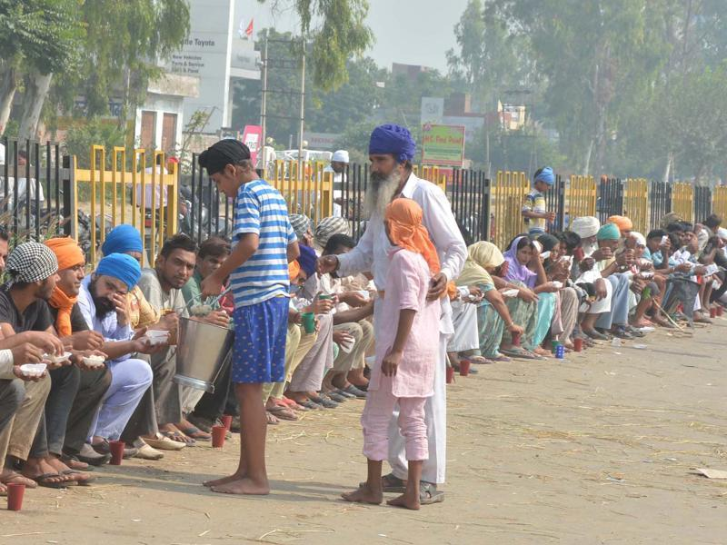 Sikh protesters distribute langar at National Highway-1 near Amritsar which they blocked during protests.  A number of major roads in Punjab have remained shut as the state remains on edge.  (Sameer Sehgal/HT Photo)
