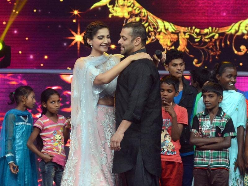 Salman Khan dances with actress Sonam Kapoor during a promotional event for Prem Ratan Dhan Payo in Mumbai late October 19, 2015.  (AFP)