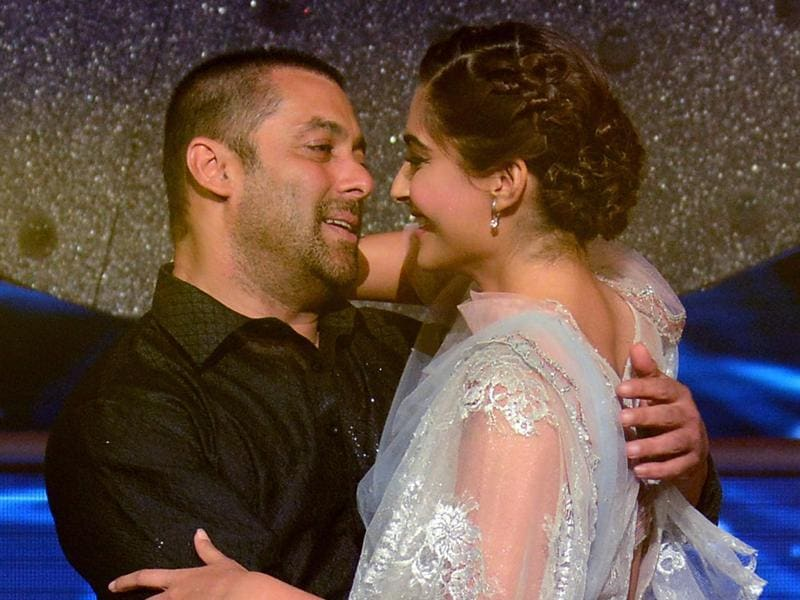 Checkout the sizzling chemistry that oozes from this Prem Ratan Dhan Payo pair: Salman Khan  and Sonam Kapoor at a promotional event for Prem Ratan Dhan Payo in Mumbai late October 19, 2015.  (AFP)