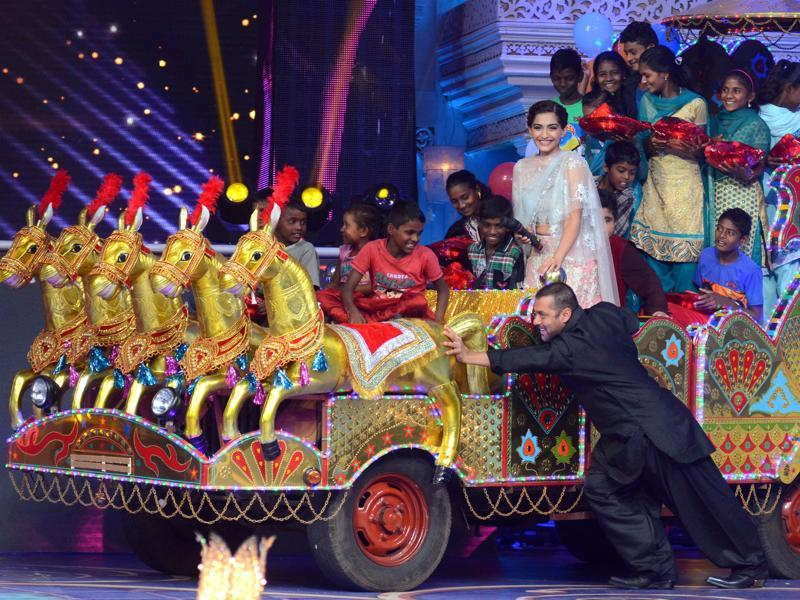 Salman Khan plays around on stage along with Sonam Kapoor during a promotional event for Prem Ratan Dhan Payo in Mumbai late October 19, 2015.  (AFP)