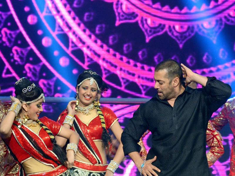 Salman Khan performs matches steps with dancers during a promotional event for Prem Ratan Dhan Payo in Mumbai late October 19, 2015.  (AFP)