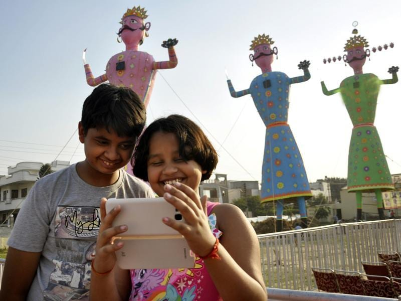 The concept of 'selfie with Ravana' became a hit among youngsters at the Kavi Nagar Ramlila ground in Ghaziabad.  (Sakib Ali /Hindustan Times)