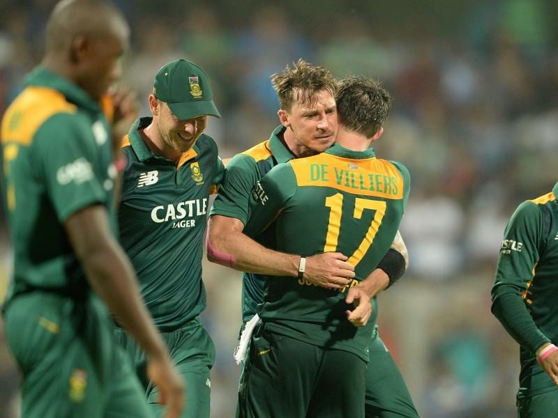 Dale Steyn, centre, gets a hug from his captain AB de Villiers after taking the wicket of Ajinkya Rahane. (AFP Photo)
