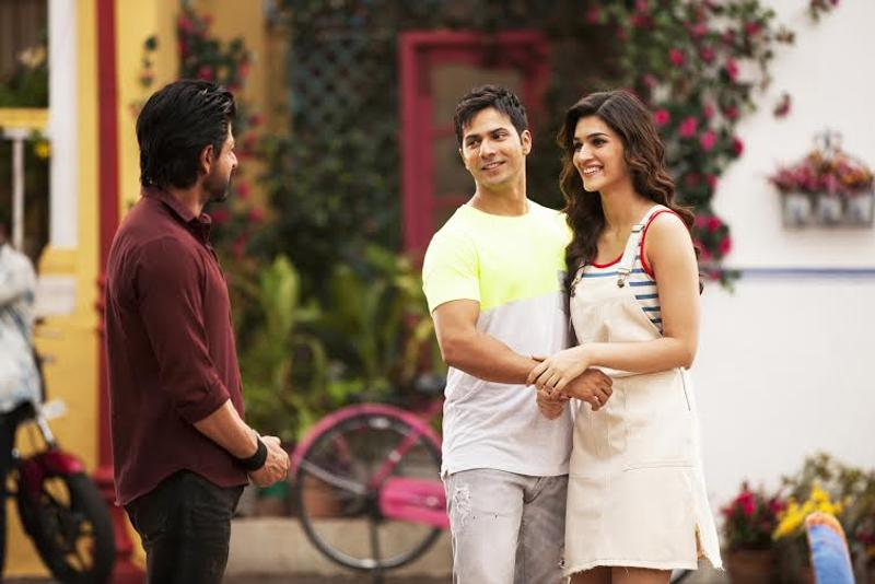 SRK interacting with Varun, Kriti on Dilwale sets. (Red Chillies Entertainment)