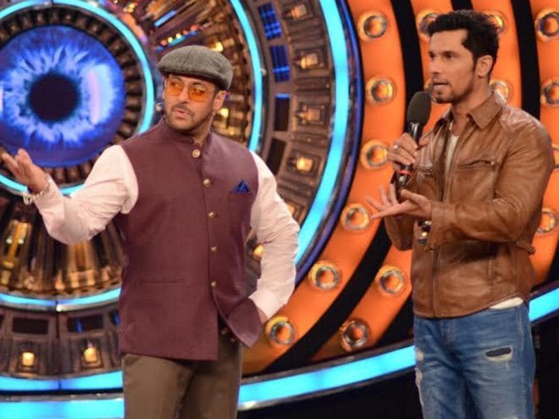 Randeep visited Salman Khan on the sets of Bigg Boss 9 to promote Main Aur Charles. (COLORS TV)