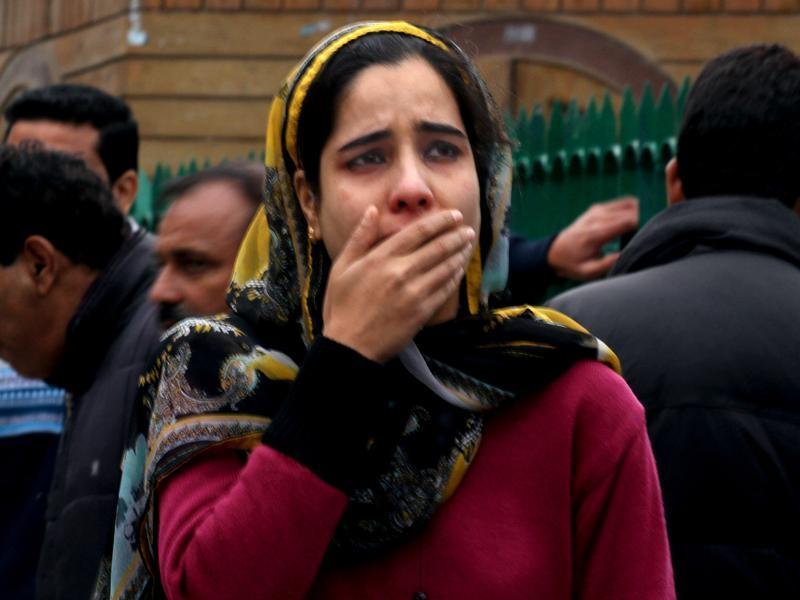 A woman cries as she along with others rushed out of buildings following an earthquake in Srinagar. (Waseem Andrabi/ Hindustan Times)