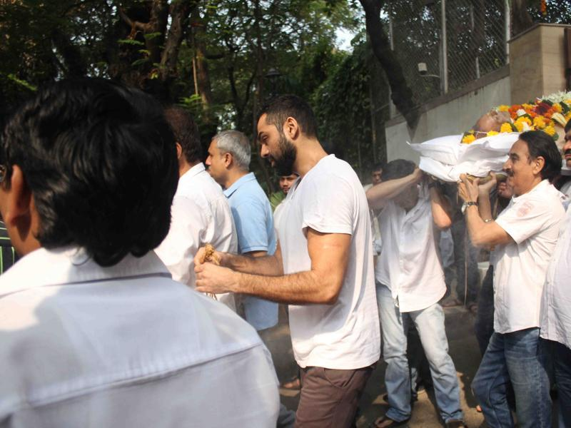 Mumbai: Actor Abhay Deol during the funeral of actor Ajit Deol in Mumbai on Oct 24, 2015. (Photo: IANS) (IANS)