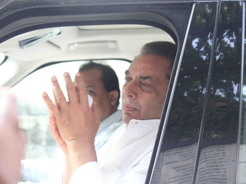 Actor Dharmendra arives for the funeral of brother Ajit Deol in Mumbai .  (IANS)
