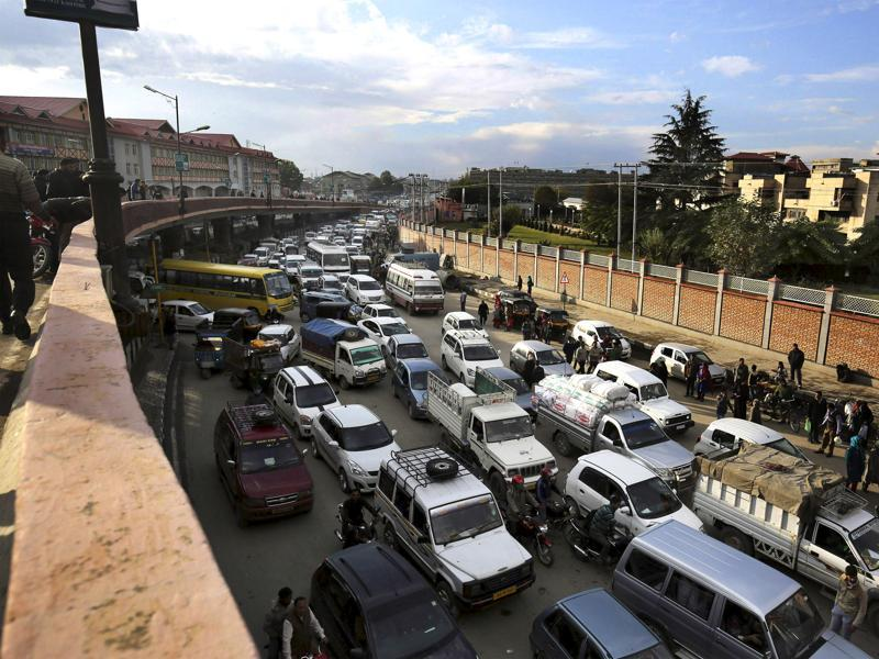 Vehicles stuck in a traffic jam after an earthquake in Srinagar. (Waseem Andrabi/ Hindustan Times)