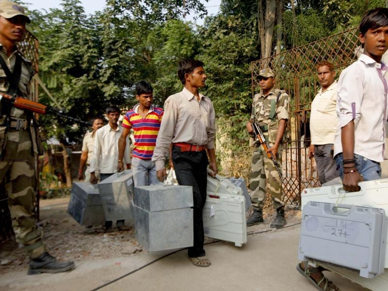 EVMs are transported to polling booths  under heavy security in Patna. (Arvind Yadav/ HT Photo)