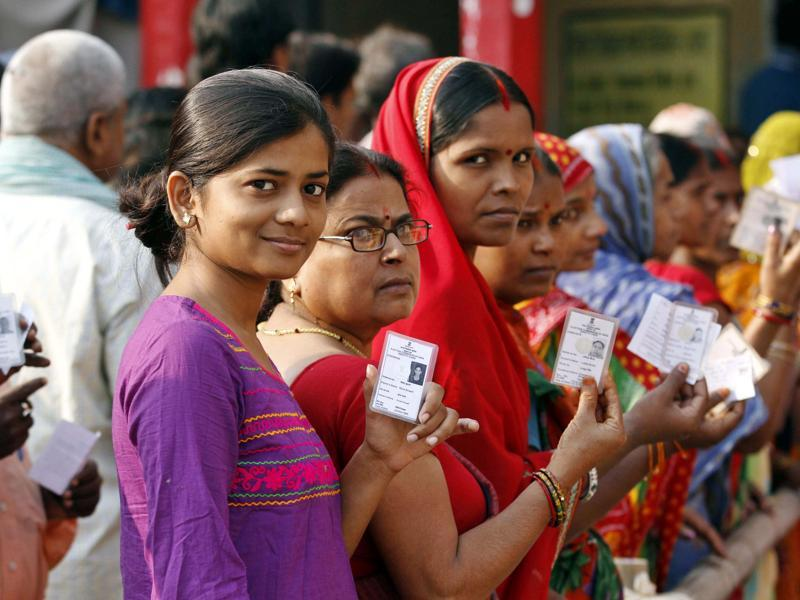 Vijeta, a first time voter, in queue during third phase polling of Bihar Assembly elecions in Patna.  (Arvind Yadav/HT Photo)