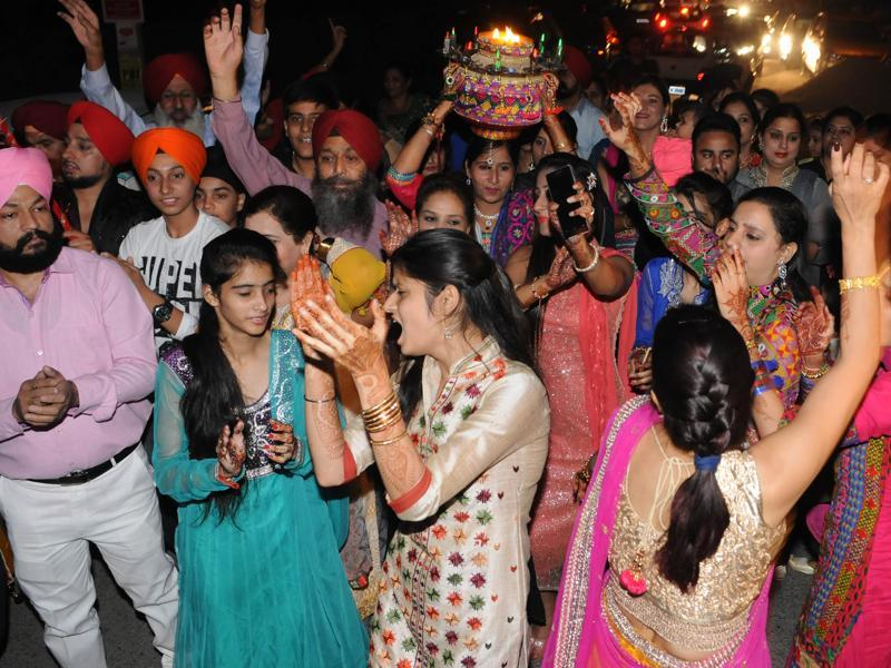 Relatives of Harbhajan SIngh during  'Jaago'  on the eve of his marriage in Jalandhar.  (Pardeep Pandit/HT Photo)