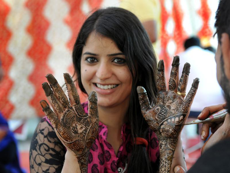 Maintaining traditions, a woman flaunting Mehandi on her hands on the occasion of Karva Chauth Festival at sector 22 in Chandigarh on Thursday. (Gurminder Singh/ HT photo)