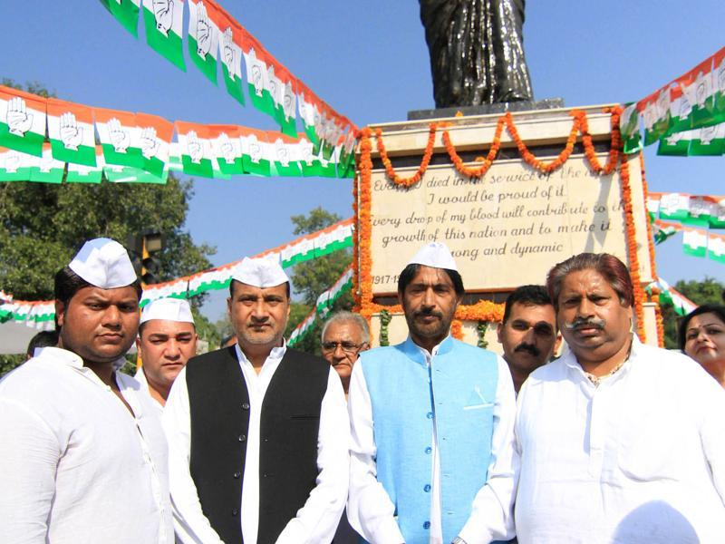JKPPC president Gulam Ahmed Mir along with party leaders paying  tribute to  former prime minister Indira Gandhi on her death anniversary  in Jammu. (HT Photo )