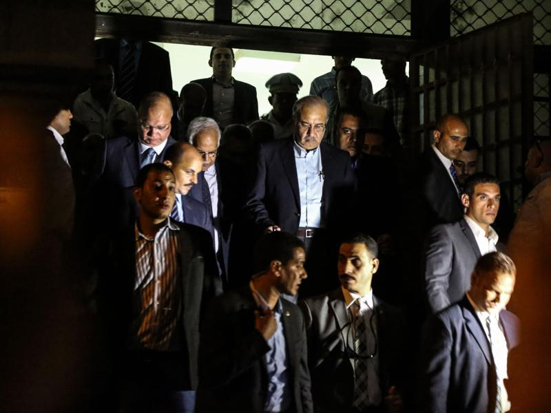 Egyptian Prime Minister Sherif Ismail (C) leaves the Zeinhom morgue after the arrival of bodies of Russian plane crash victims. (AP Photo)