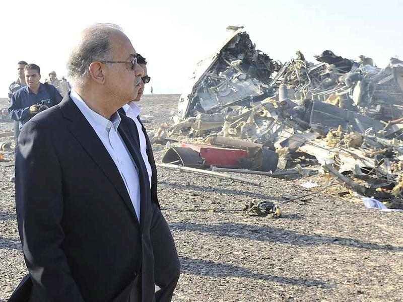 Egypt's Prime Minister Sherif Ismail looks at the remains of a Russian airliner after it crashed in central Sinai near El Arish city, north Egypt. (Reuters Photo)