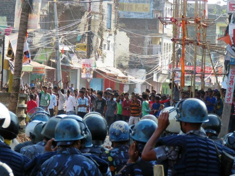 Nepalese police face off with protesters during clashes near the Nepal-India border at Birgunj, some 90 km south of Kathmandu. (AFP Photo)