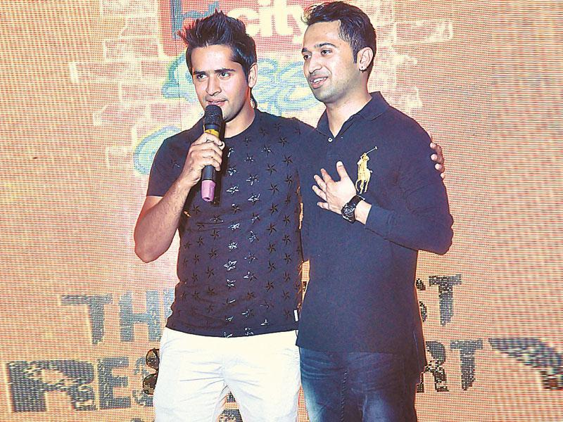 Emcee Gitesh Singh was joined on stage by Ajay Sehrawat, emcee and alumni of Amity University, in delivering witty acts and interactive ­sessions. (HT photo/Rajeev Choudhary)