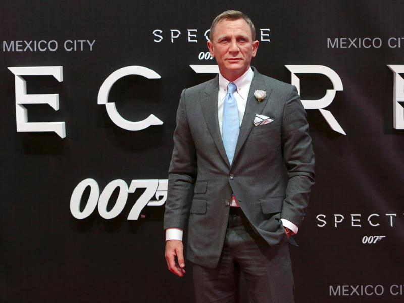Actor Daniel Craig poses for photographers on the red carpet at the Mexican premiere of the new James Bond 007 film Spectre in Mexico City. (REUTERS)