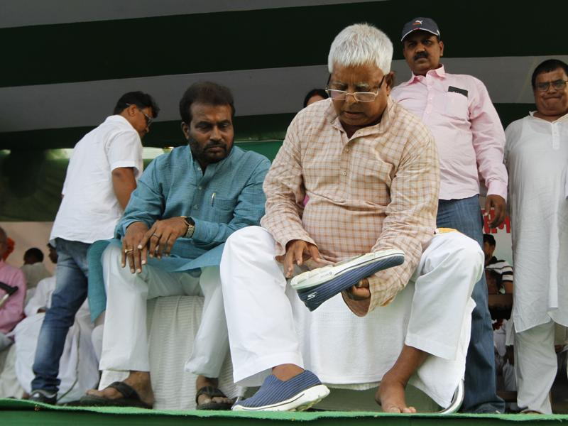 RJD chief Lalu Prasad Yadav takes a breather at a rally in Phulwari Sharif near Patna. (Arvind Yadav/ HT Photo)