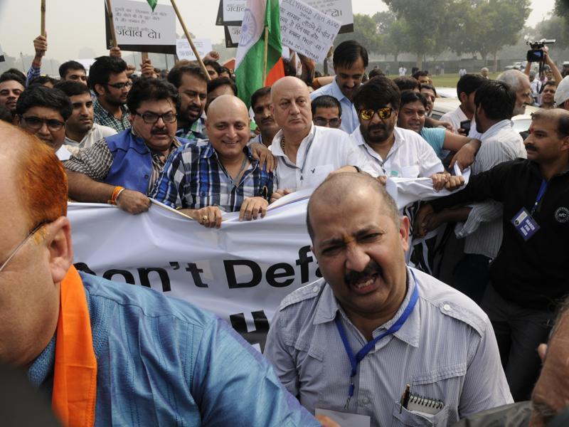 "Anupam Kher led the march to Rashtrapati Bhavan alleging that the ""award-wapsi"" campaign over the 'growing intolerance' was to defame the country by projecting a ""wrong"" picture of the situation. (Saumya Khandelwal/ HT Photo)"