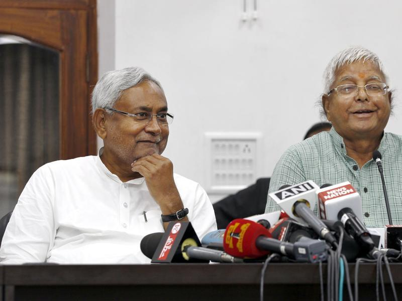 Bihar chief minister Nitish Kumar and RJD chief Lalu Prasad during a press conference after Grand Alliance's victory in Bihar elections, in Patna.  (Ajay Aggarwal/ HT Photo)