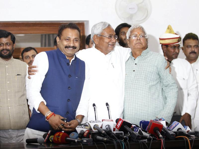(From left) President of the Bihar Pradesh Congress Committee Ashok Choudhary, Bihar chief minister Nitish Kumar and RJD chief Lalu Prasad during a press conference in Patna.  (Ajay Aggarwal/ HT Photo)