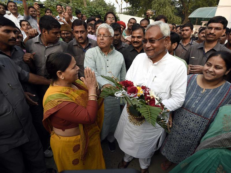 RJD chief Lalu Prasad  and his wife Rabri Devi with chief minister Nitish Kumar after the results of the Bihar elections were out, in Patna. (Arun Sharma/ HT Photo)