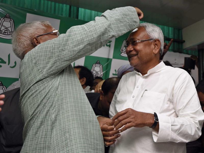 When the Janata Dal won the 1990 assembly polls, Nitish Kumar was right by the side of Lalu Prasad, helping him outmanoeuvre opponents to emerge as the chief minister. (Arun Sharma/HT Photo)