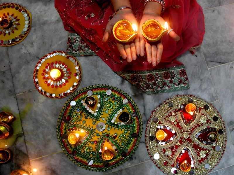 A Pakistani Hindu woman lights candles during Diwali celebrations at a local temple in Lahore, Pakistan, Wednesday, Nov. 11, 2015.  (AP)