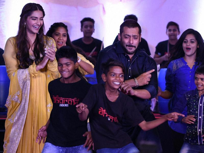 Salman Khan and Sonam Kapoor perform along with kids from Dharavi in Mumbai on  Wednesday, Nov. 11, 2015.  (PTI)