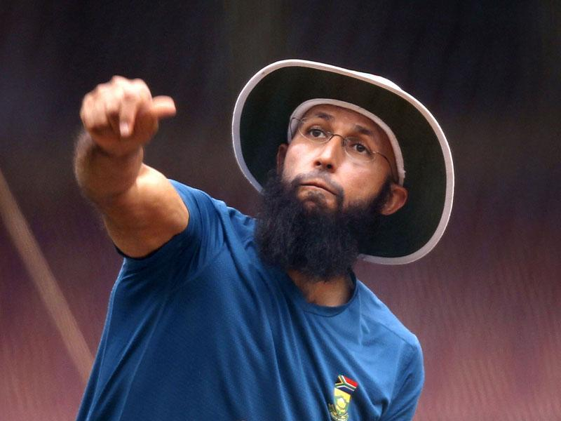 South African skipper Hashim Amla during a practice session at M Chinnaswamy stadium, in Bengaluru, Karnataka.  (Ajay Aggarwal/ HT Photo)