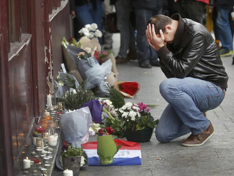 A man pays his respect outside the Le Carillon restaurant the morning after the terror attacks in Paris , November 14, 2015. (REUTERS Photo)