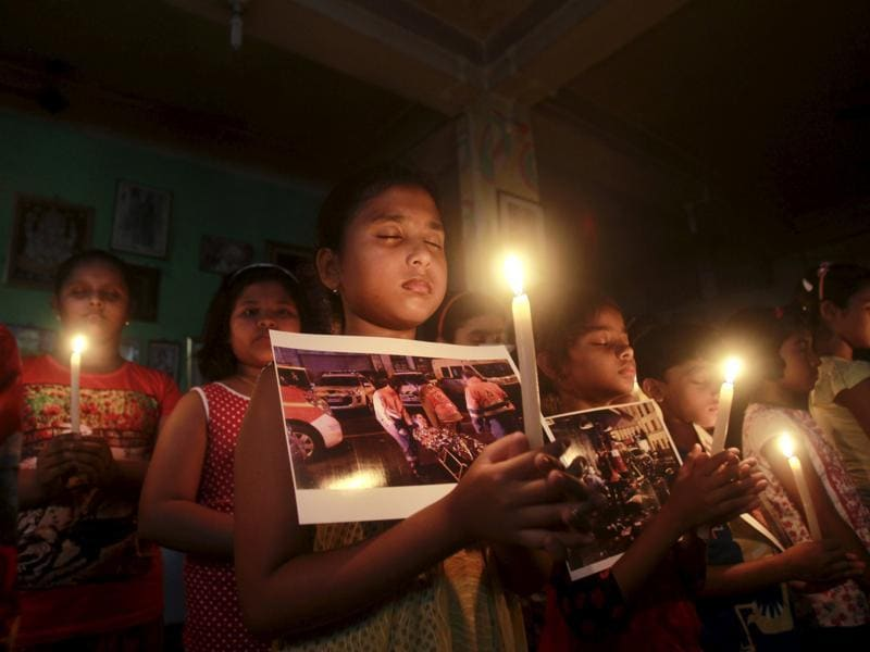 Children hold candles as they pray during a vigil to show solidarity with the victims of the attacks in Paris, at a dance school in Agartala, India, November 14, 2015.  (REUTERS Photo)