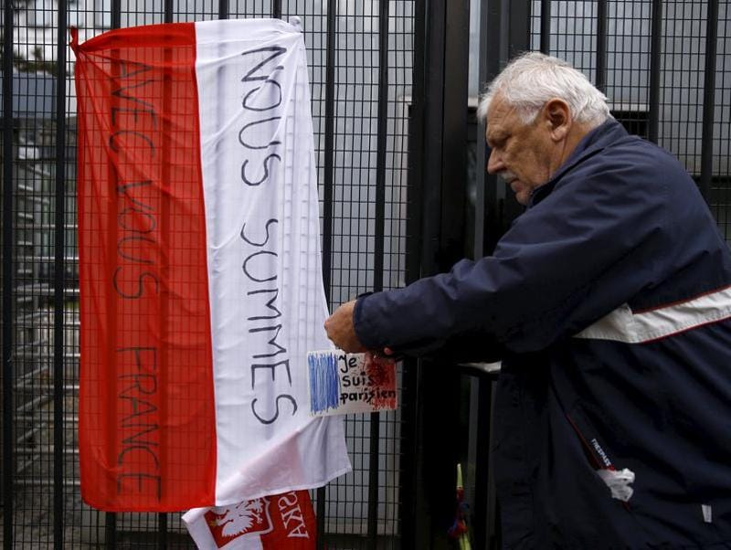 A man places a drawing depicting the French flag and carrying the words 'I am Parisian' on the fence of the French embassy after attacks in Paris on Friday, in Warsaw, Poland November 14, 2015.  (REUTERS Photo)