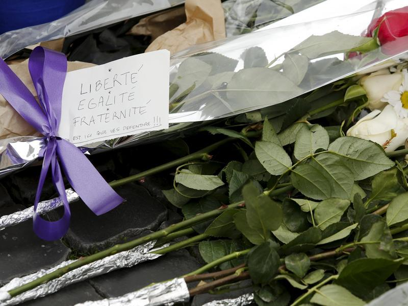 Flowers placed in sympathy with the victims of the Paris attacks are seen in front of the French embassy in Rome, Italy November 14, 2015. (REUTERS Photo)