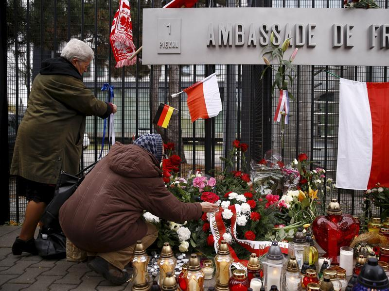 People lay candles and flowers in front of the French embassy after attacks in Paris on Friday, in Warsaw, Poland November 14, 2015. (REUTERS Photo)