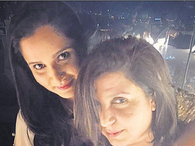 Sania takes a selfie with filmmaker Farah Khan. (Instagram)