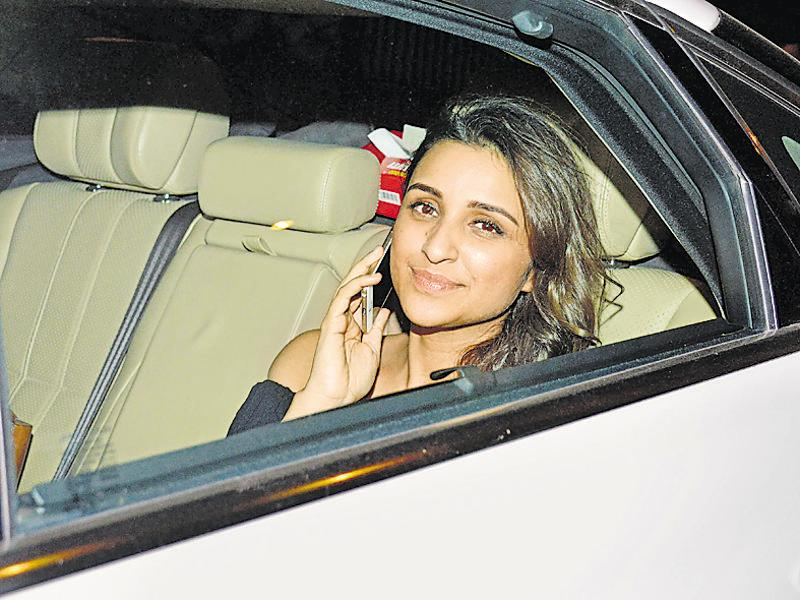 Parineeti Chopra smiles for the shutterbugs as she arrives for the party. (Photo: Yogen Shah/HT)