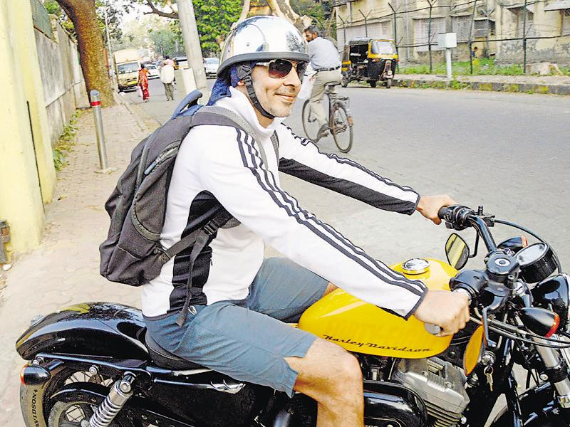 Dino Morea spotted near the football grounds in Mumbai. (Photo: Yogen Shah/HT)