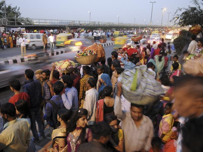 Traffic Jam near ITO during the Chhath festival on the banks of the river Yamuna in New Delhi. (Sonu Mehta/HT Photo)