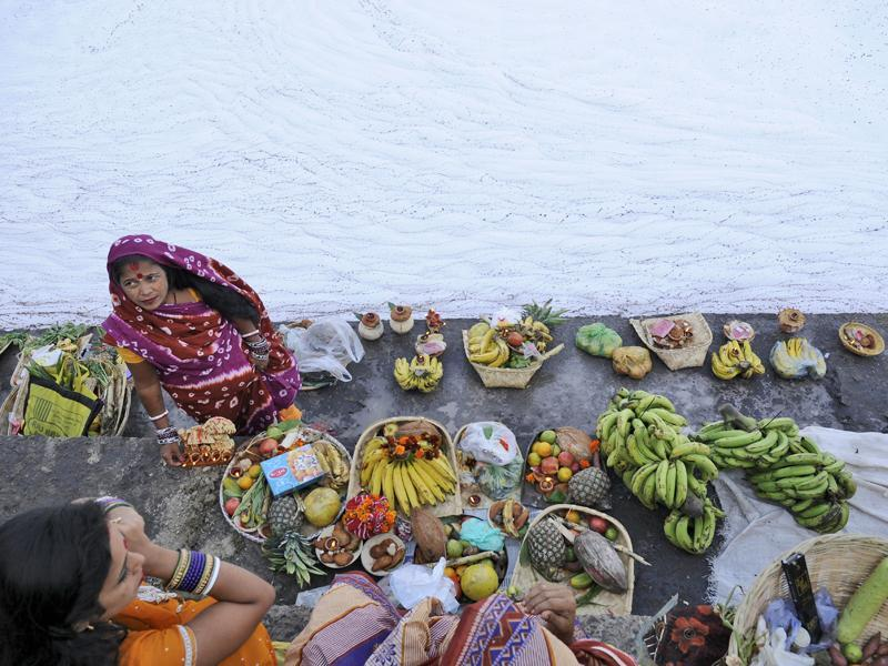 Hindu devotees offer prayers during Chhath Puja on the banks of river Yamuna, in Noida.  (Burhaan Kinu / HT Photo)
