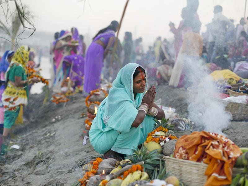 Devotees offer prayers during the Chhath festival at the Kudsia Ghat Near ISBT in New Delhi. (Ravi Choudhary/HT Photo)