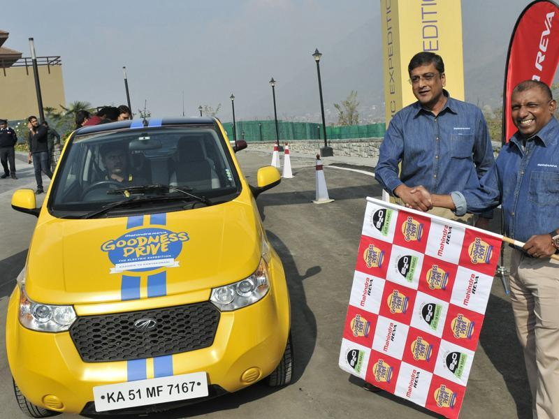Former Sri Lankan former cricketer Aravinda De Silva (R) flags off  the electric car expedition in Srinagar. The expedition will  cover a distance of over 5,000 km from Kashmir to Kanyakumari. (Waseem Andrabi/HT )