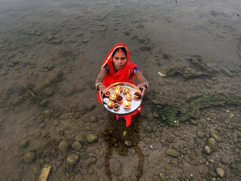 A Hindu devotees offer prayers during the Chhath festival, in Jammu. (Nitin Kanotra /HT Photo)